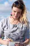 Молодая белокурая девушка с черными солнечными очками на ее голове и в gra Стоковое Фото