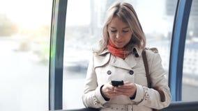Молодая белокурая женщина беседуя с друзьями видеоматериал