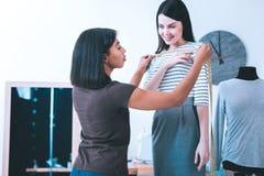 Молодая белошвейка работая с клиентом стоковое фото rf