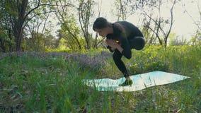 Молодая беременная женщина делая йогу снаружи сток-видео