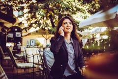 Молодая бизнес-леди говоря на умном телефоне Стоковое Изображение