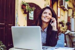 Молодая бизнес-леди говоря на умном телефоне Стоковые Фотографии RF