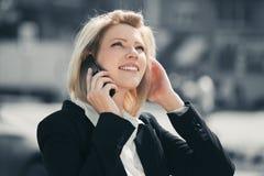 Молодая бизнес-леди моды вызывая на сотовом телефоне в улице города Стоковое Изображение RF