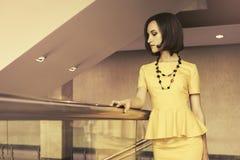 Молодая бизнес-леди моды в интерьере офиса стоковые фото