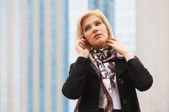 Молодая бизнес-леди моды говоря на сотовом телефоне идя в улицу города стоковые изображения rf