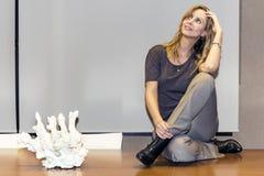 Молодая бизнес-леди на таблице Стоковое Изображение RF