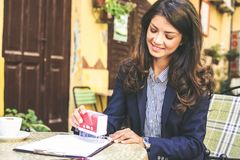 Молодая бизнес-леди одобряет документы Стоковое фото RF