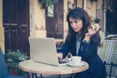 Молодая бизнес-леди работая на кафе Здоровый уклад жизни Стоковые Изображения
