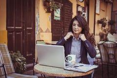 Молодая бизнес-леди работая на кафе Стоковая Фотография