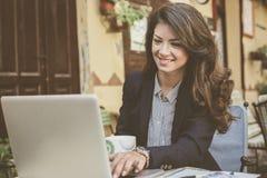 Молодая бизнес-леди работая на кафе Стоковое фото RF