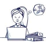 Молодая бизнес-леди сидя на таблице, рядом с ее компьтер-книжкой и мечтами каникул Стоковая Фотография