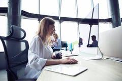 Молодая бизнес-леди с компьютером в офисе стоковые изображения rf