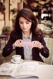 Молодая бизнес-леди фотографирует бизнес-планы Стоковая Фотография