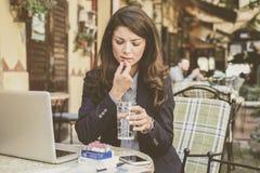 Молодая больная бизнес-леди используя таблетки Стоковое Изображение