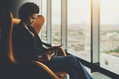 Молодая бразильская девушка в офисе с цифровой пусковой площадкой стоковые изображения rf