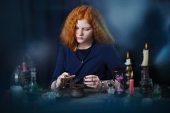 Молодая ведьма приниманнсяое за колдовство Стоковое Фото