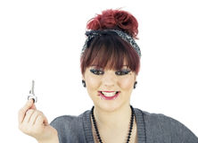 Молодая взрослая девушка с ключом Стоковая Фотография