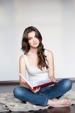 Молодая вскользь женская Красная книга удерживания стоковые изображения