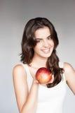 Молодая вскользь кавказская девушка с красным яблоком стоковая фотография rf