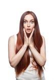 Молодая вскользь удивленная женщина на белизне стоковые фотографии rf