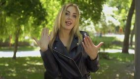 Молодая глухой-безгласная женщина говоря к людям - слышать нас, мы и мы любим вас акции видеоматериалы