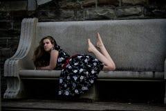 Молодая дама вертясь ее волосы на стенде Стоковое Изображение