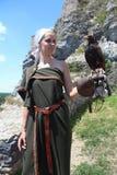 Молодая дама в историческом костюме с unicinctus Parabuteo хоука ` s Херриса стоковое фото