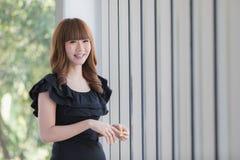 Молодая дама в черном платье стоковые фото