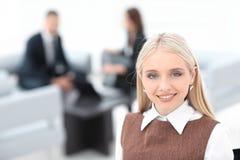 Молодая дама дела на запачканном офисе предпосылки Стоковое фото RF