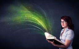 Молодая дама держа книгу с волной Стоковые Изображения