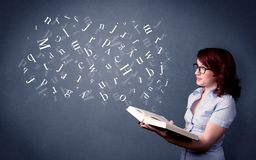 Молодая дама держа книгу с письмами стоковое фото rf
