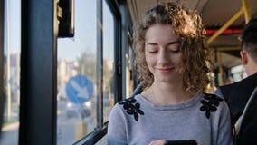 Молодая дама используя Smartphone на шине Стоковое фото RF