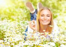 Молодая дама на поле маргаритки Стоковое Фото