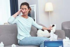 Молодая дама позаботить о кот начиная аллергию меха стоковые фотографии rf