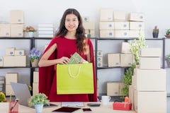 Молодая дама работая дома офис стоковые фотографии rf