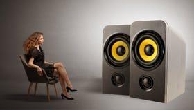 Молодая дама слушая большие громкоговорители стоковые изображения rf