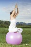 Молодая девушка брюнет выполняя йогу Стоковое Фото