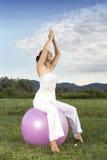 Молодая девушка брюнет выполняя йогу Стоковое Изображение