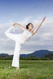 Молодая девушка брюнет выполняя йогу Стоковое Изображение RF