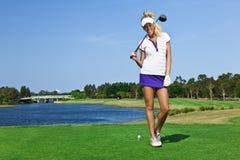 Молодая девушка игрока в гольф на поле для гольфа Стоковое Изображение RF