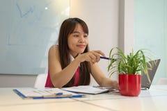 Молодая девушка офиса ослабляет с зеленым деревом стоковые изображения rf