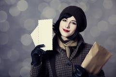Молодая девушка почтальона с почтой. стоковая фотография rf