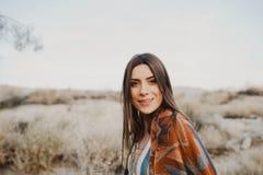 Молодая девушка путешественника битника в цыганском взгляде Стоковые Изображения RF
