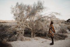 Молодая девушка путешественника битника в цыганском взгляде Стоковое фото RF