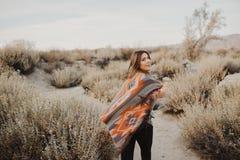 Молодая девушка путешественника битника в цыганском взгляде Стоковое Фото