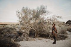 Молодая девушка путешественника битника в цыганском взгляде Стоковая Фотография
