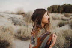 Молодая девушка путешественника битника в цыганском взгляде Стоковые Изображения
