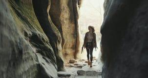 Молодая девушка путешественника идя на утесы, древесины туриста женщины идя, городскую сцену акции видеоматериалы