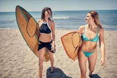 Молодая девушка серфера наслаждаясь летом, водными видами спорта стоковое фото