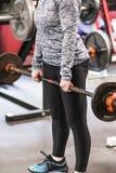 Молодая девушка средней школы выполняя deadlifts стоковое фото